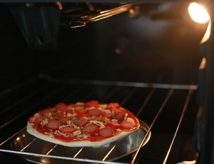 550px-Cook-Pizza-in-a-Gas-Oven-Step-4